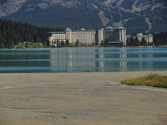 Fairmont Chateau Lake Louise: View of the Hotel from the other side