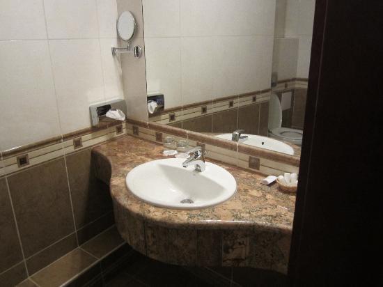 โรงแรมโอเบสเตอร์: The Bathroom