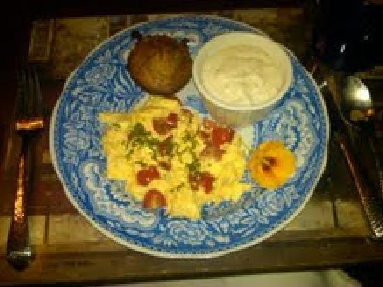 Bella Luna Inn: Egg Scramble with cherry tomatoes and basil with muffin and grits