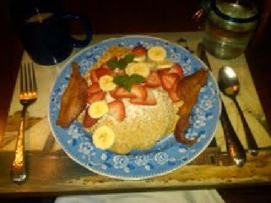 Bella Luna Inn: Oatmeal pancakes with fresh fruit and bacon