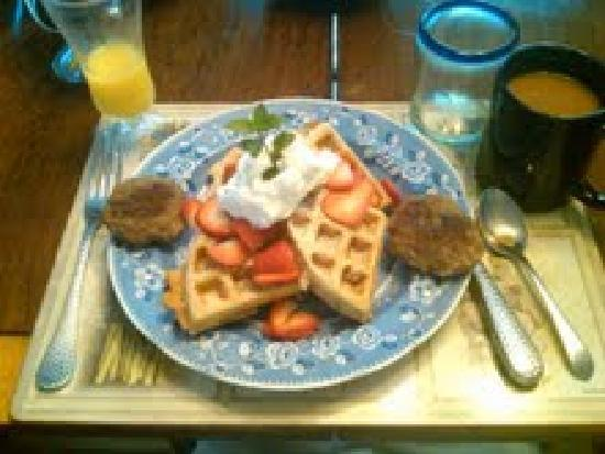 Bella Luna Inn: Special waffles with whipped cream, fresh fruit and sausage