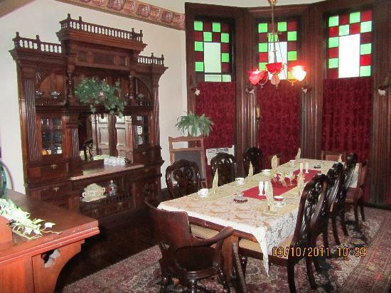 1884 Wildwood Bed and Breakfast Inn: Beautiful staircase (Cherry)