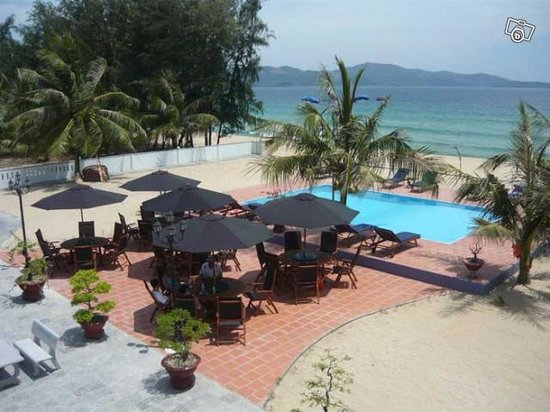 Song Cau Town, Vietnam : Restaurant, pool and the sea