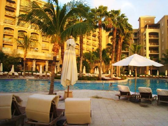 The Ritz-Carlton, Grand Cayman: large poolside area