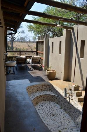 Notten's Bush Camp: Outdoor Bath/Shower of Family Room