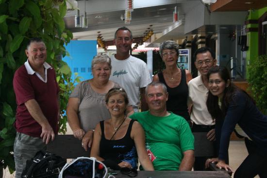 โรงแรมอ่าวนาง กู๊ดวิลล์: Our group with the wonderful staff at AoNang Goodwill