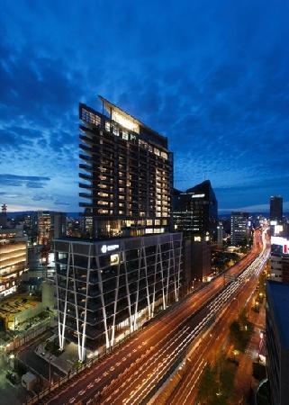 Harmonie Embrassee Osaka: 三角形の外観。さすが安藤忠雄設計