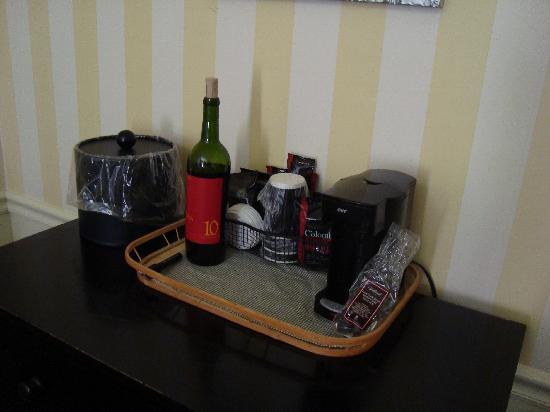Inn at Sonoma, A Four Sisters Inn: Sipping our rare finds in the room