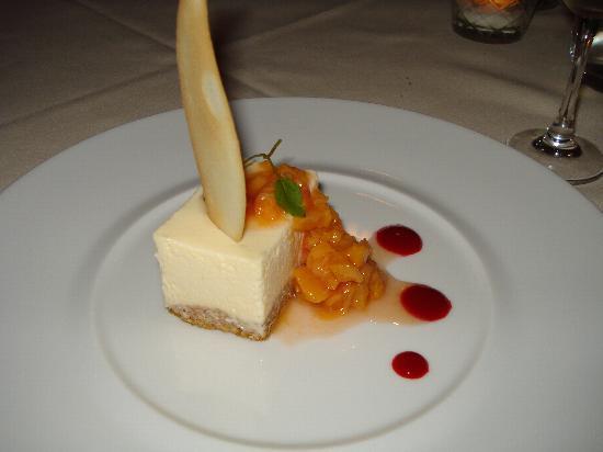 Hob Nob Restaurant: Cheesecake with peaches
