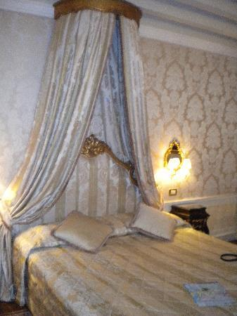 Hotel Canal Grande: Comfy bed