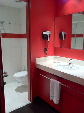 Airport Hotel Basel: red bright toilet