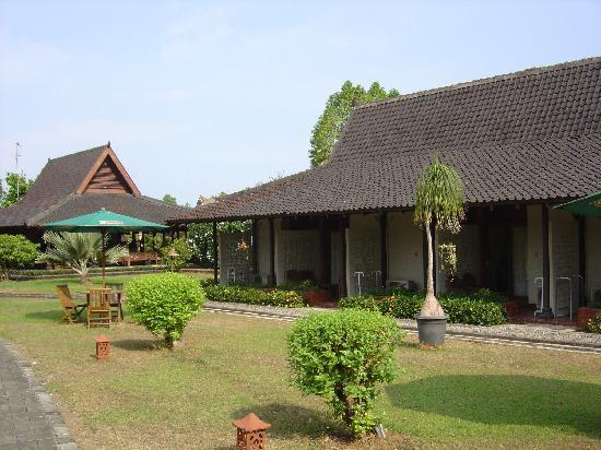 โรงแรมมาโนฮารา: コテージ風の部屋、庭がもうボルブドゥールの公園内です