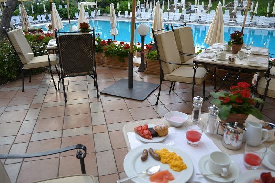โรงแรมโรมคาวาเลียริวัลดอร์ฟแอสโทเรียแอนด์รีสอร์ท: 朝食