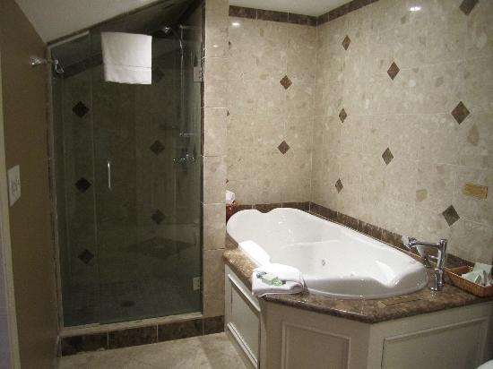 Queen's Landing: 2 person Jacuzzi tub perfect for soaking away aches and pains after a round of golf the shower p