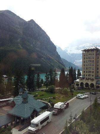 แฟร์มอนต์ ชาโตว์ เลคหลุยส์: view from bedroom window (5th floor)