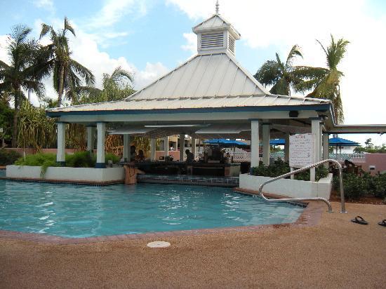 Comfort Suites Paradise Island: Comfort Suites Swim up pool and bar