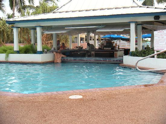 Comfort Suites Paradise Island: Another angle of the Swim up bar and pool