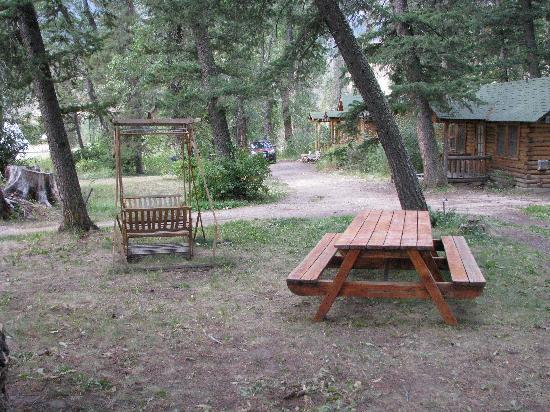 Shoshone Lodge & Guest Ranch: Front of cabin/staff brought us a picnic table