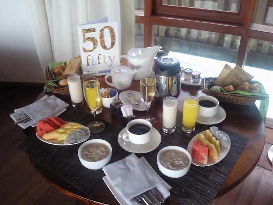 Constance Halaveli: in-villa breakfast