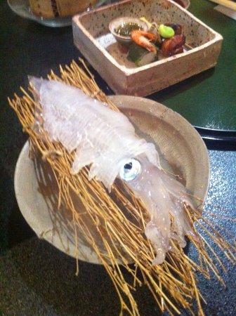 Ryokan Matsunoi: 呼子も近いので新鮮なイカも出していただきました。足は酒盗焼で。