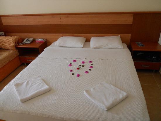 Mavruka Hotel: decorating the bed