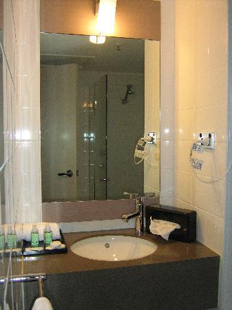 โรงแรมไอบิสเพิร์ธ: Clean, small, modern bathroom