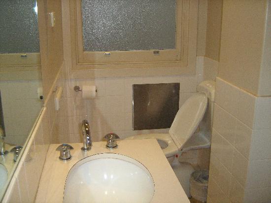 โรงแรมเมอร์คิวร์กรอสเวเนอร์: Really old bathroom
