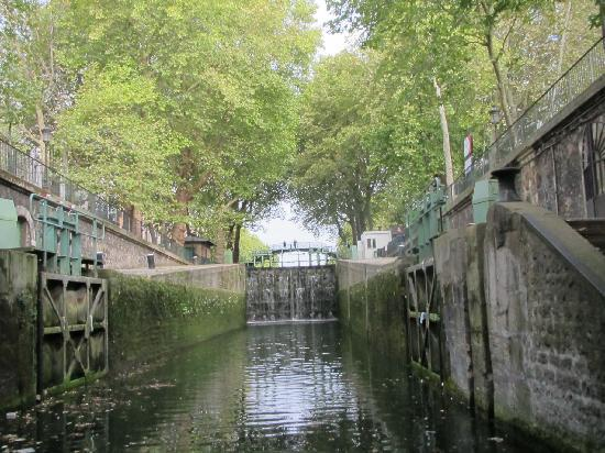 Canal Saint-Martin: Entering the first lock