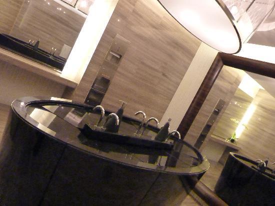 โรงแรมแมนดาริน ออร์ชาร์ด: Toilets on reception floor