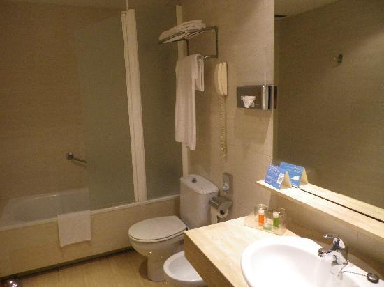NH Belagua: El baño muy amplio