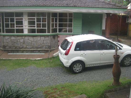 Royal Palm Resort: Green Palm Cottage - My washed car :)