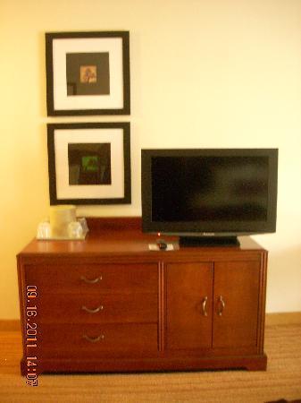 Courtyard Salinas Monterey: Dresser/TV area