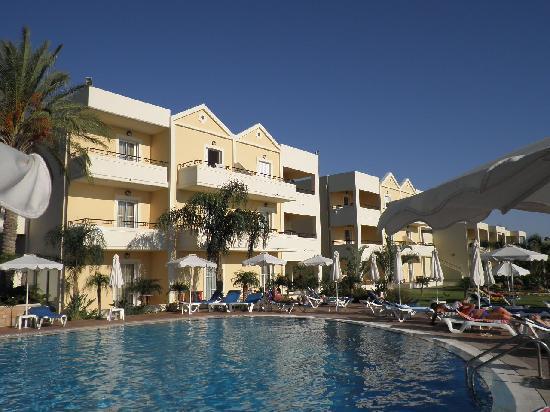 Pefkos Blue: Pool/apartments