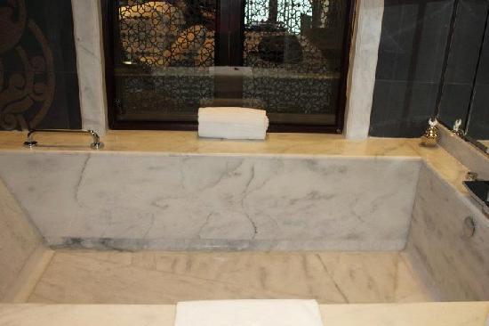โรงแรมจูไมราซาบีลซาเรย์: The Bath, very big, very..err...wet?