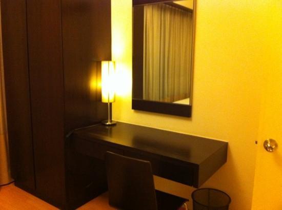 ซอมเมอร์เซต เซริ บูกิต ซีลอน: [2 bedroom apt.] smaller twin bedroom desk + wardrobe
