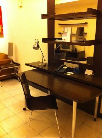 ซอมเมอร์เซต เซริ บูกิต ซีลอน: Large desk
