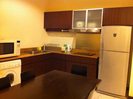 ซอมเมอร์เซต เซริ บูกิต ซีลอน: Kitchen, dining with laundry machine