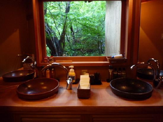 Kansuiro: 洗面所もゆったりとしていましたし、そこから見えるお庭も素敵でした。