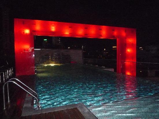 โฟร์พอยท์บายเชอราตันกรุงเทพ, สุขุมวิท 15: 屋上のプール