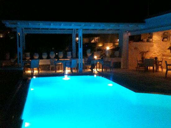 Nissaki Boutique Hotel: Pool and Dining by night