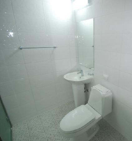 ดู ฮานอค เกสท์เฮาส์: Bathroom