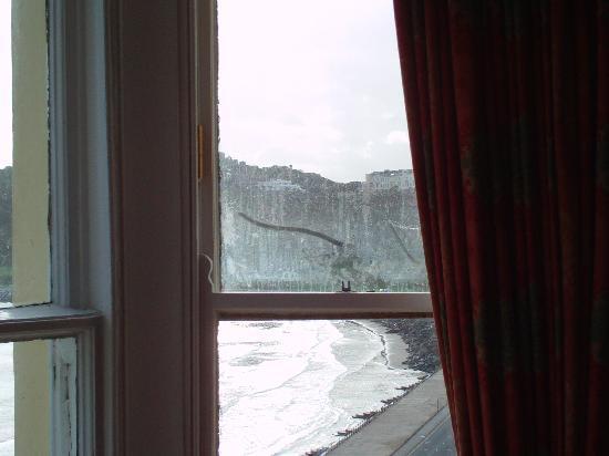 โรงแรมเดอะคลิฟตัน สการ์โบรซ์: view after wiping my finger on inside of glas
