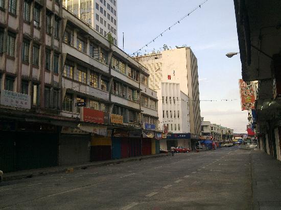 โรงแรมเซ็นทรัล ซานดากัน: Central Hotel Sandakan: The main road in front of the hotel at early morning