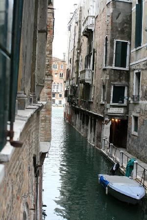 Hotel Ala - Historical Places of Italy : Looking out our window towards the Grand Canal