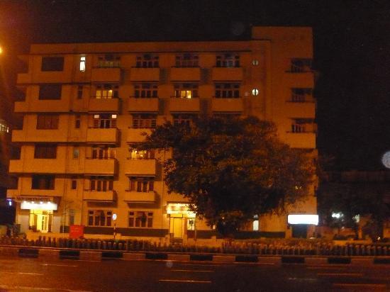 โรงแรมซี กรีน: Front view at Night