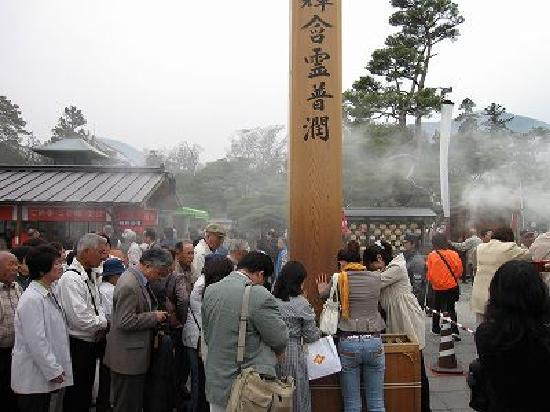 Zenko-ji Temple: 30分待って触れる 回向柱