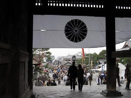 Zenko-ji Temple: 老夫婦のシルエット 善光寺山門