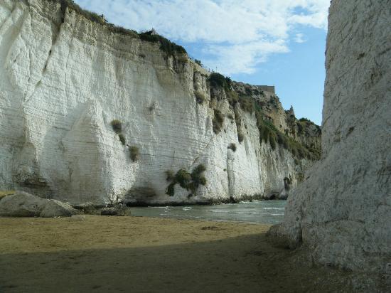Hotel Falcone: spiaggetta dietro il faraglione