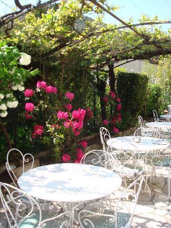 Villa Parisiana: pergola ombragée et fleurie