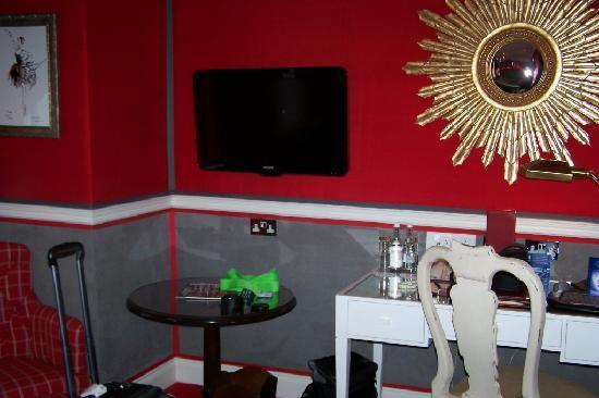 โรงแรมรูเบนส์ แอต เดอะ พาเลส: Superior King TV & Tables